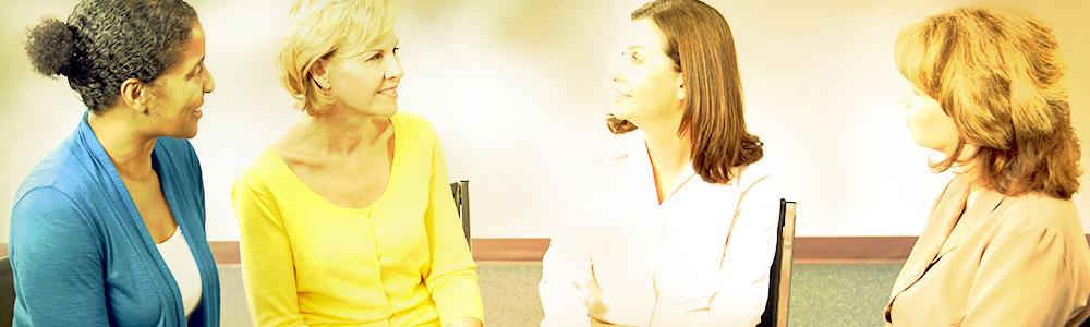 discussion à une réunion de groupe de soutien et d'entraide pour la sclérodermie